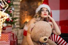 La belle femme célèbre Noël à la maison dans l'esprit intérieur photo libre de droits