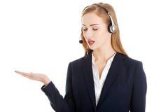 La belle femme causual d'affaires au centre d'appels se dirige sur c Image libre de droits