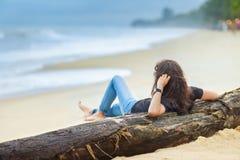 La belle femme détendent sur la plage photographie stock libre de droits