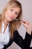 La belle femme d'affaires avec ballpen dans la bouche Photo libre de droits