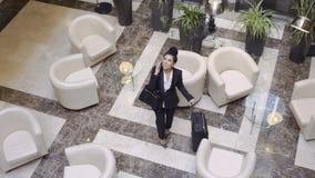 La belle femme d'affaires est juste arrivée dans un hôtel banque de vidéos