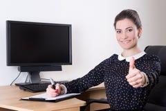 La belle femme d'affaires manie maladroitement dans le moniteur de bureau et de PC avec Photographie stock libre de droits