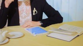 La belle femme d'affaires travaille avec la Tablette banque de vidéos