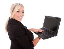 La belle femme d'affaires utilise l'ordinateur portatif et l'Internet Images libres de droits