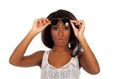 La belle femme dans des lunettes de soleil est étonnée photographie stock
