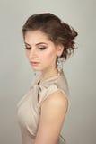 La belle femme dans la robe de soirée avec composent Photo stock