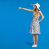 La belle femme dans la robe et le chapeau pointillés de Sun de blanc dirige Image stock