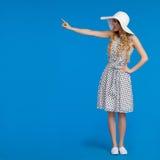La belle femme dans la robe et le chapeau pointillés de Sun de blanc touche Photos libres de droits