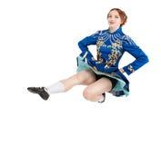 La belle femme dans la robe pour l'irlandais dansent sauter d'isolement image libre de droits