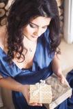 La belle femme de brune dans la robe bleue pendant la nouvelle année a décoré l'international Image stock