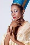 La belle femme de couleur à la peau foncée de fille dans l'image de la reine égyptienne avec le maquillage lumineux de lèvres rou Images stock