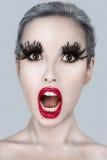 La belle femme de mode avec l'art créatif composent Photo stock