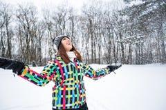 La belle femme de sourire apprécient au jour d'hiver tandis que chute de neige Images libres de droits