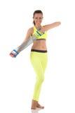 La belle femme de sourire de brune dans les sports jaunes au néon costument réchauffer des muscles de triceps et de biceps utilis photo stock