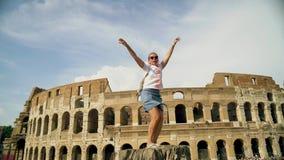 La belle femme de touristes pose près du colosseum romain Mouvement lent clips vidéos