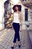 La belle femme distinguée de mode élégante vêtx la pose du palais Image libre de droits