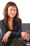 La belle femme donne un champagne de pain grillé Images libres de droits