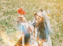 La belle femme donne une tulipe Images libres de droits
