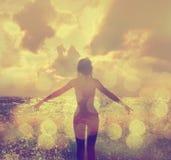 La belle femme en mer ondule la vue arrière images stock