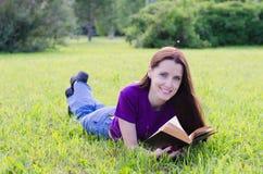 La belle femme en parc d'été Images stock