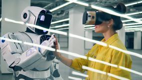 La belle femme en VR-verres touche la main du robot clips vidéos