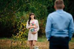 La belle femme enceinte regarde son mari beau Photographie stock