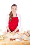 La belle femme est des biscuits de traitement au four pour Noël Images libres de droits