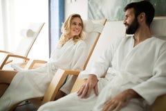 La belle femme et l'homme bel détendant dans la station thermale centrent photos libres de droits
