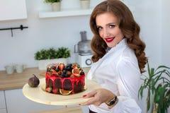 La belle femme a fait le gâteau dans la cuisine Photographie stock