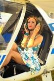 La belle femme habillent dedans le pilote dans un habitacle de l'avion ultra-léger Images stock