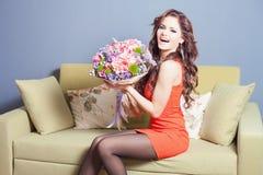 La belle femme heureuse a reçu un bouquet de fleur des tulipes Photo libre de droits