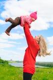 La belle femme jette l'enfant et le rire Image libre de droits