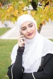 La belle femme musulmane avec le hijab parlent du téléphone Images libres de droits