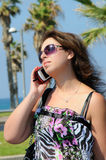 La belle femme PARLE AU TÉLÉPHONE PORTABLE Images stock