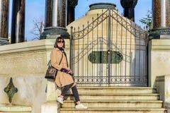 La belle femme prend des photos à Istanbul, Turquie image libre de droits