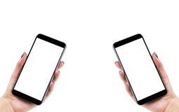 La belle femme remet tenir le téléphone intelligent avec l'écran blanc d'isolement Lieu de travail d'affaires avec l'espace de co Photographie stock libre de droits