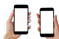 La belle femme remet tenir le téléphone intelligent avec l'écran blanc d'isolement Lieu de travail d'affaires avec l'espace de co Photo libre de droits