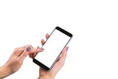 La belle femme remet tenir le téléphone intelligent avec l'écran blanc d'isolement Lieu de travail d'affaires avec l'espace de co Image libre de droits