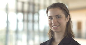 La belle femme sûre de sourire d'affaires regardant l'appareil-photo a isolé le bureau banque de vidéos
