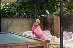 La belle femme se repose sur une table de billard Images libres de droits