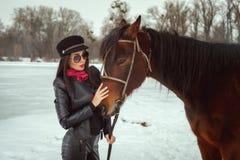 La belle femme se tient près d'un cheval photos libres de droits