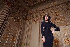 La belle femme sexy dans la collection à la mode d'automne de robe élégante de long maquillage de cheveux de brune de ressort a b photographie stock