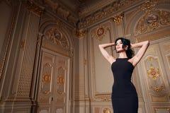 La belle femme sexy dans la collection à la mode d'automne de robe élégante de long maquillage de cheveux de brune de ressort a b image stock