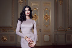 La belle femme sexy dans la collection à la mode d'automne de robe élégante de long maquillage de cheveux de brune de ressort a b Photographie stock libre de droits