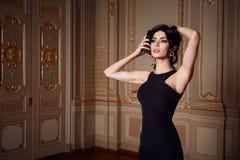 La belle femme sexy dans la collection à la mode d'automne de robe élégante de long maquillage de cheveux de brune de ressort a b Photos stock