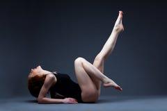La belle femme s'étendent dans le procès de sport de passion Photographie stock