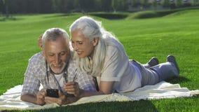 La belle femme supérieure joint le mari avec le téléphone portable clips vidéos