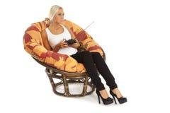 La belle femme tenant l'émetteur pour un RC joue images libres de droits