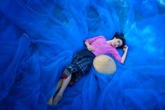 La belle femme thaïlandaise moissonne l'indigo sur le plancher net bleu photos stock