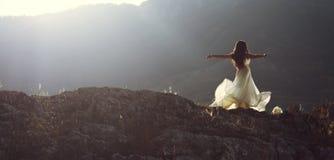La belle femme tournant avec des bras s'ouvrent Photo libre de droits